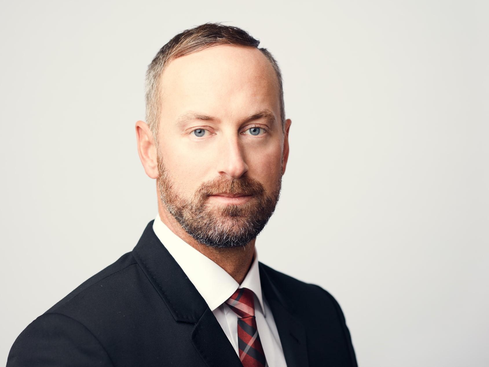 Modern Dallas Headshots | Stunning finance headshots of writer for EQ Derivatives